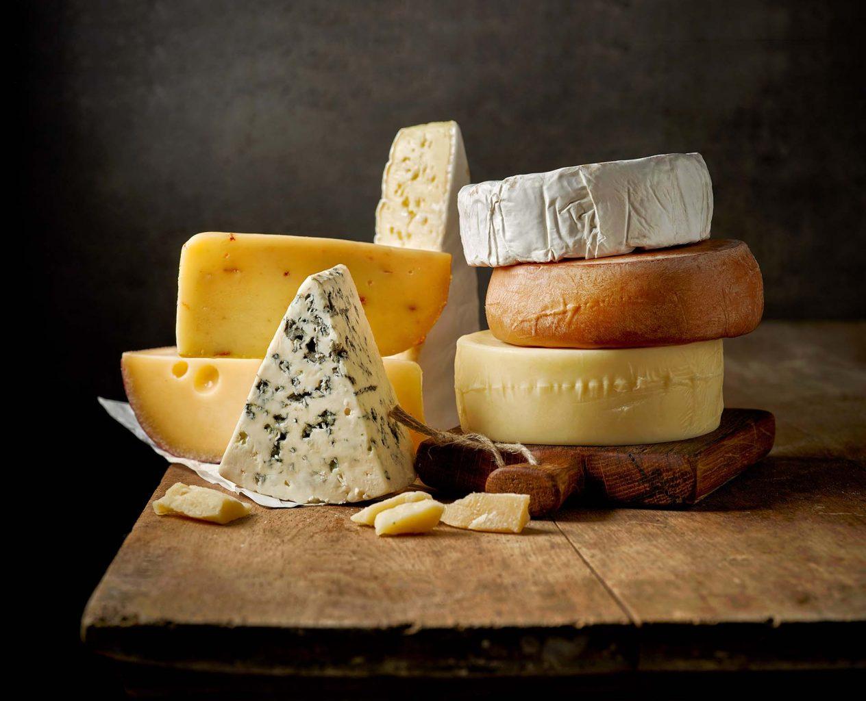 Texto: Há muitas variações de queijos e todos eles apresentam características únicas de sabor. Foto: Shutterstock/MaraZe.