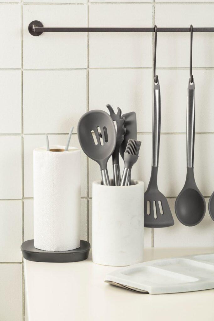 Alguns acessórios são indispensáveis para começar a cozinhar e manter a cozinha organizada.