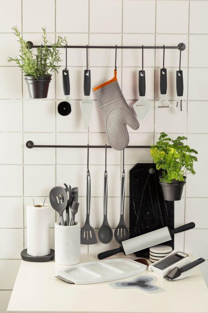 O ideal é instalar a barra de utensílios e ir comprando os acessórios de acordo com sua necessidade no dia a dia na cozinha.