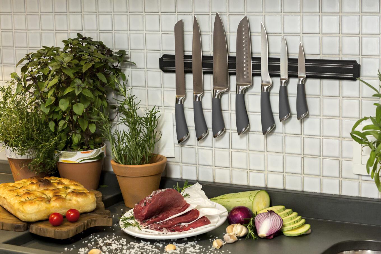 Texto: As facas afiadas são fundamentais para o bom preparo das receitas. As facas em aço inox da Oxford são perfeitas para esta tarefa. Foto: Carpintaria Estúdio.