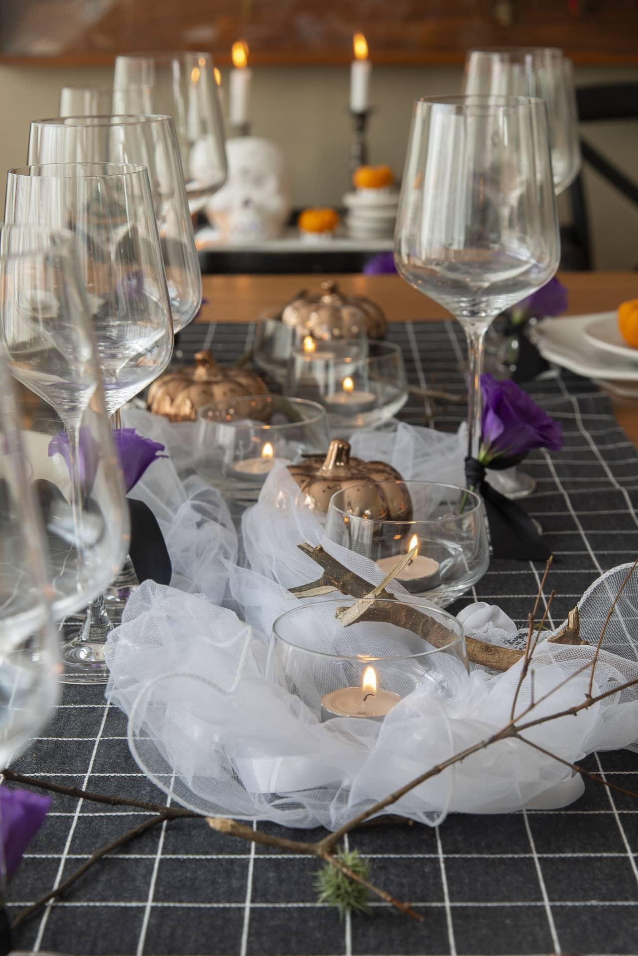 Centro da mesa com enfeites variados para criar o clima de Halloween.