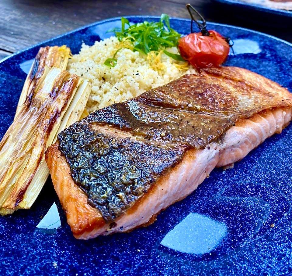 Texto: O salmão é um peixe que permite muitas composições, além de ser muito saudável. Na foto, uma das receitas preparadas pela Larissa, do perfil @semmedida. Foto: Larissa Januário.