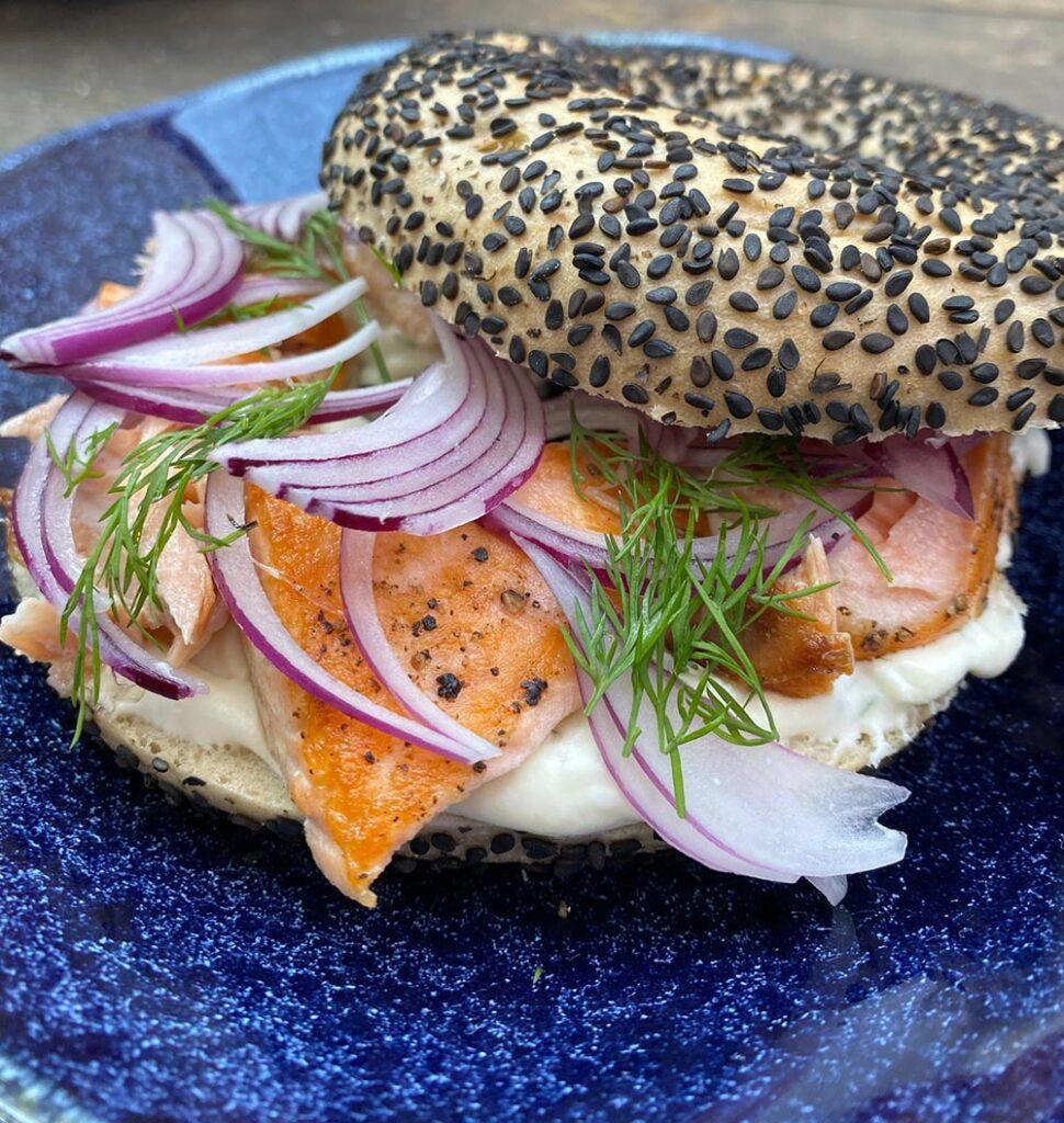 Texto: O sanduíche de salmão com creme azedo é uma opção leve e prática. Foto: Larissa Januário.