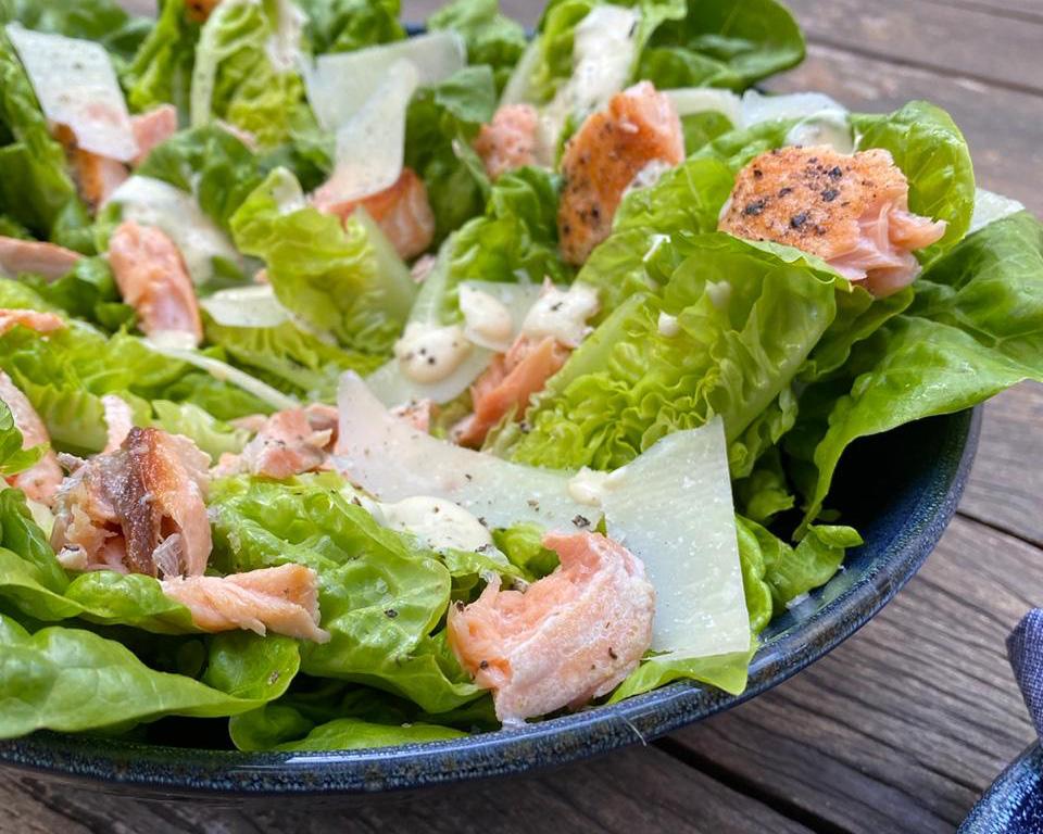 Texto: Salada Caesar da Larissa Januário: uma das maneiras de servir o salmão grelhado. Foto: Larissa Januário.