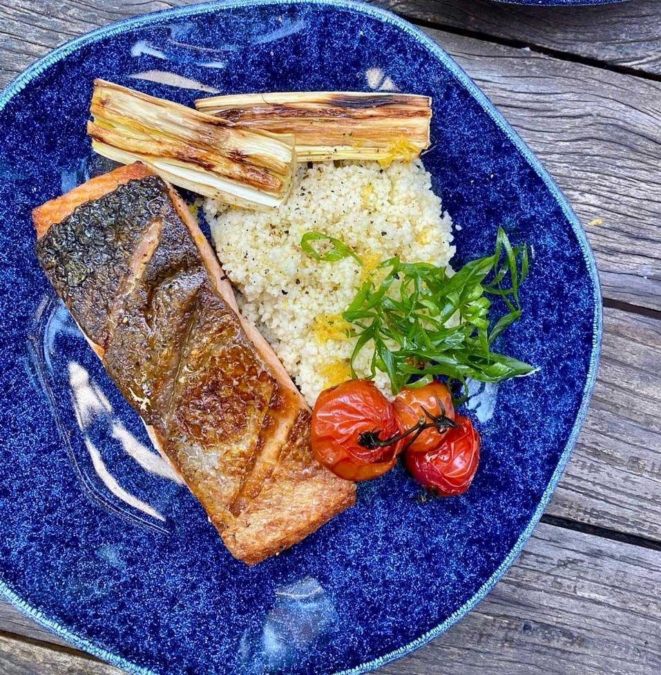 Texto: Para esta receita, caprichar na escolha do prato, evidenciando o preparo, é uma dica da Larissa. Na foto, o prato raso da coleção Ryo Safira. Foto: Larissa Januário.