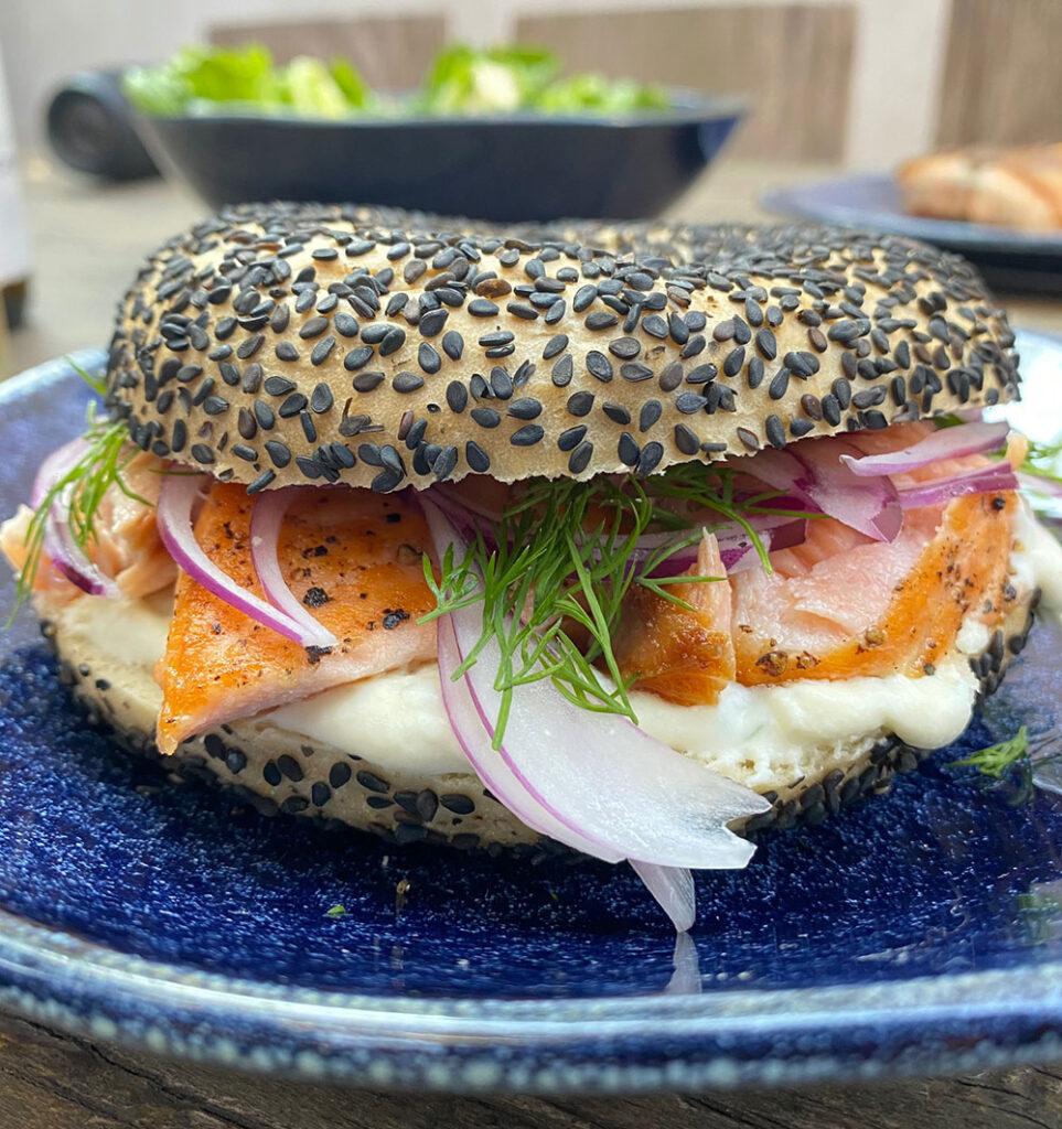 Texto: O preparo deste sanduíche de salmão é uma das opções de receitas elaboradas pela Larissa. Deu água na boca! Foto: Larissa Januário.
