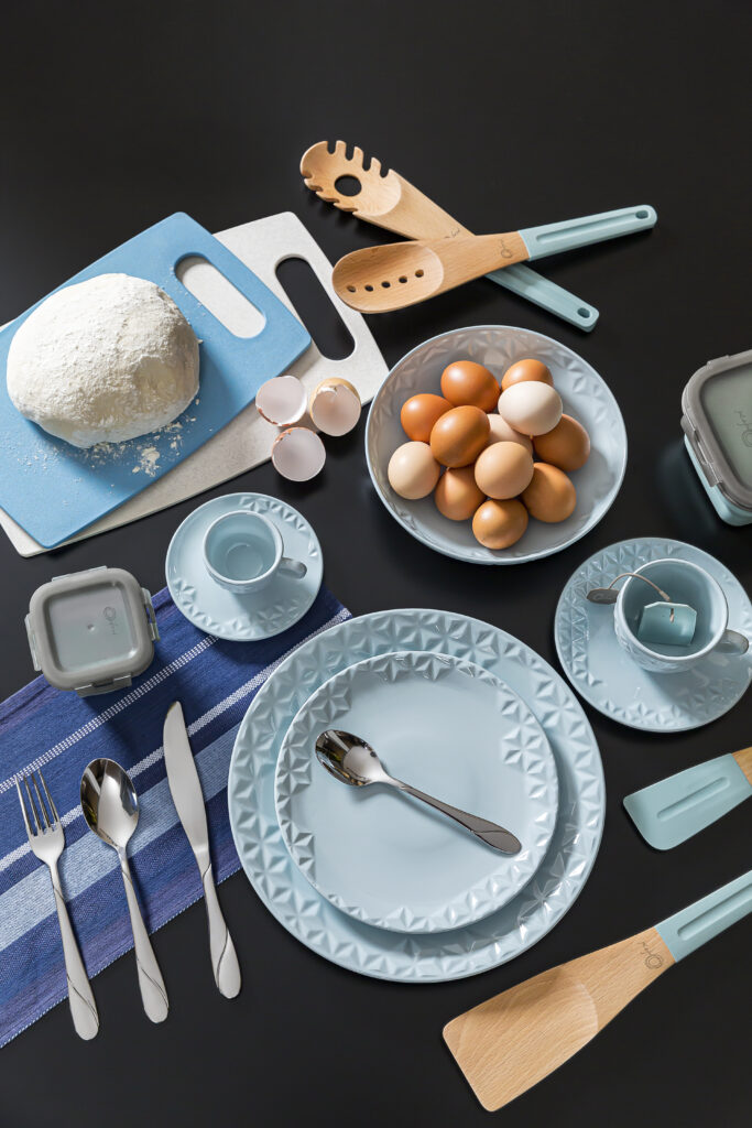Texto: Sempre é um bom momento para começar a cozinhar e se aventurar no preparo de várias receitas. Na imagem, destaque para a porcelana Mia Cristal, da Oxford. Foto: Carpintaria Estúdio.