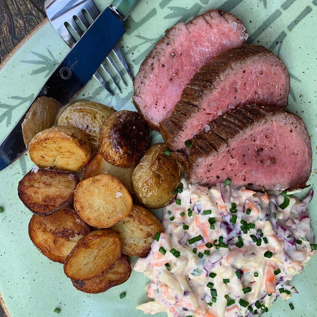Texto: Esta receita de rosbife com batatas e salada rica é uma opção deliciosa para diversificar o cardápio: Foto: Larissa Januário.