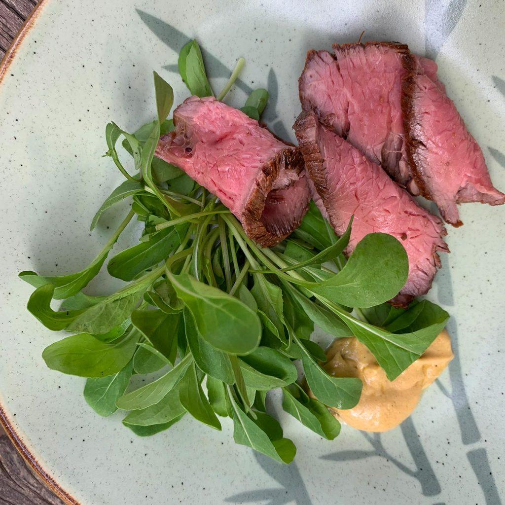 Texto: Nesta alternativa de prato, é também possível servir o rosbife, a rúcula e o vinagrete de mostarda dijon separadamente. Foto: Larissa Januário.