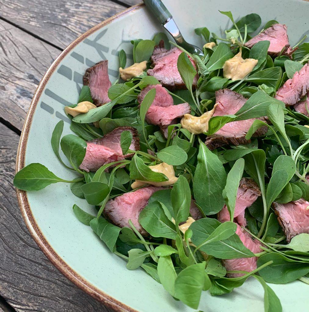 Texto: Outra opção elaborada pela Larissa é a salada de rúcula com rosbife e vinagrete de mostarda dijon. Foto: Larissa Januário.