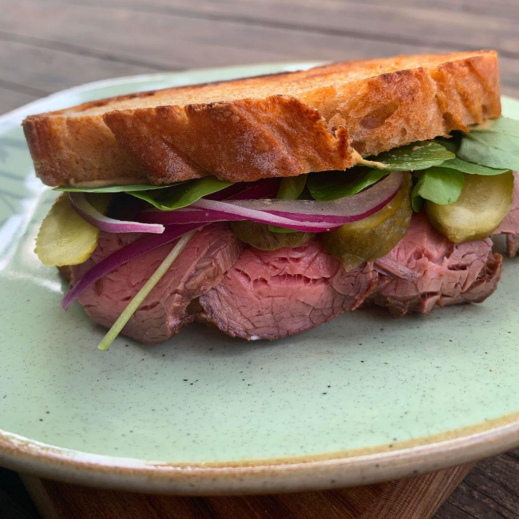 Texto: O sanduíche de rosbife é uma das maneiras práticas e saborosas para inserir no dia a dia. Foto: Larissa Januário.