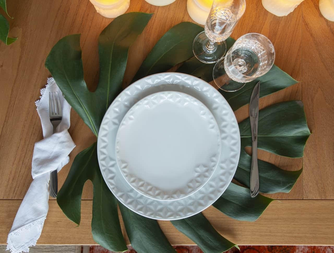 Na mesa de Ano Novo decorada: folha de costela-de-adão serve de jogo americano.