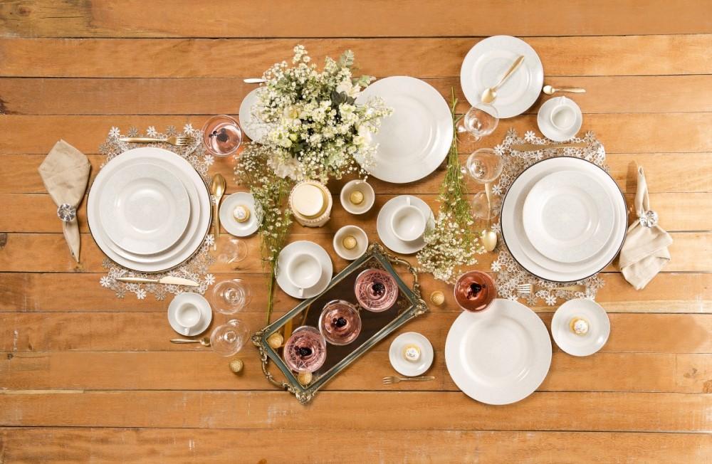 Texto: O aparelho de jantar da Oxford é composto por pratos rasos, fundos, de sobremesa, além de xícaras de chá e café com pires. Foto: Carpintaria Estúdio.