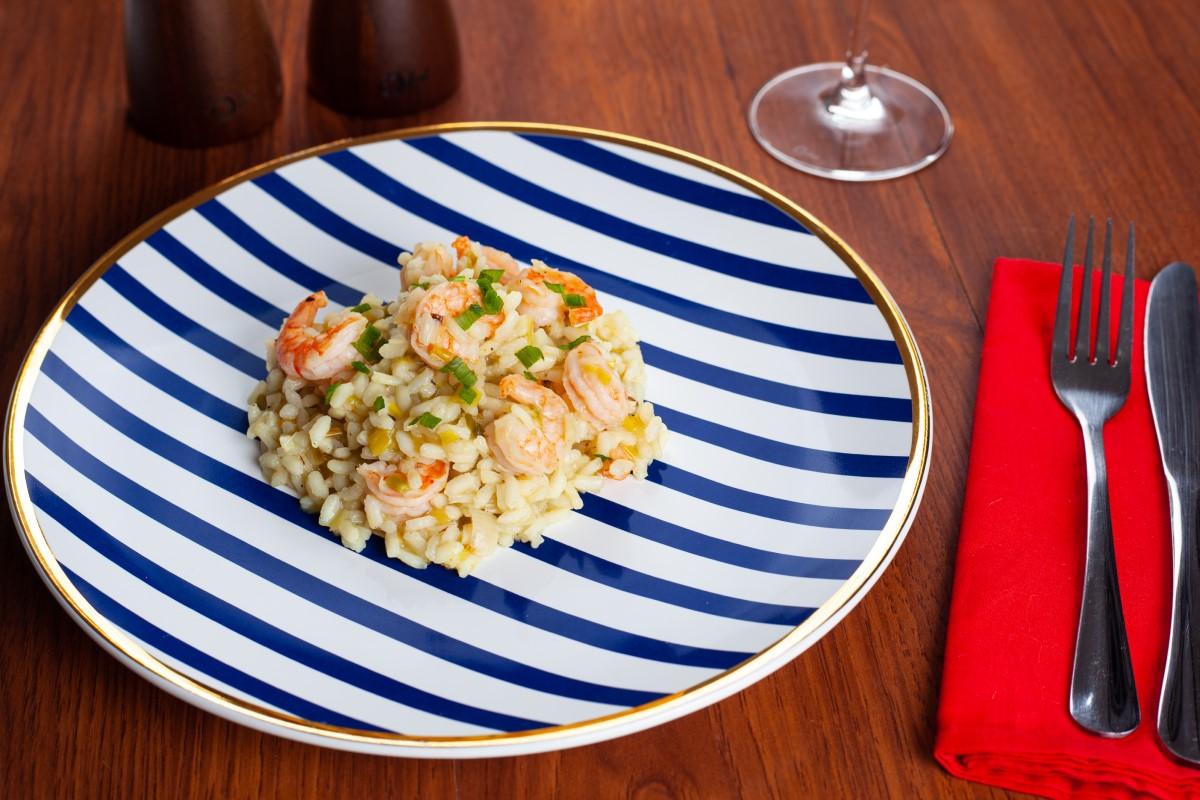 Texto: A função do prato raso é servir alimentos mais sólidos, sendo indicado para as refeições principais. Foto: Camila Rezende.