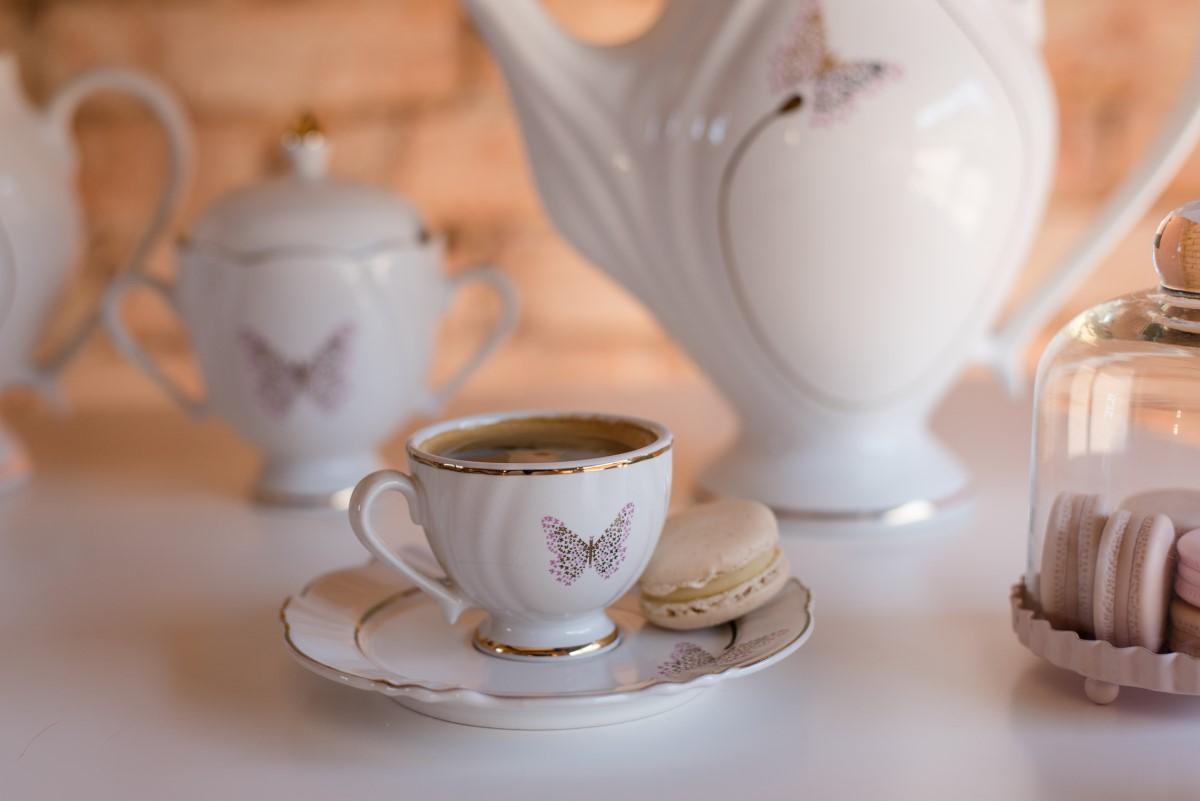 Foto: No aparelho de jantar, a xícara de café é a menor. O pires é usado como suporte para a colher ou petiscos servidos durante a ocasião. Na foto, a beleza da coleção Soleil Encantada. Foto: Karla Rudnick.