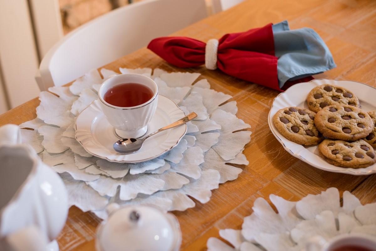 Texto: Na foto, a xícara de chá com o pires da coleção Soleil Katherine. A elegância é complementada com o filete prateado na borda das peças. Foto: Karla Rudnick.