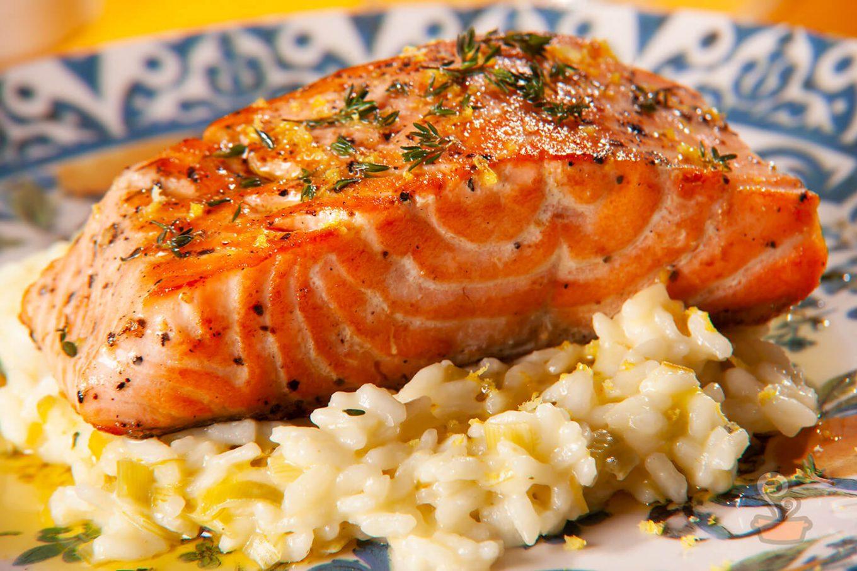 Salmão com risoto de limão siciliano - foto: naminhapanela.com