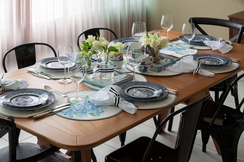 As tradicionais estampas chinesas, da louça Blue Willow, contrastam com as cadeiras de metal com design contemporâneo.