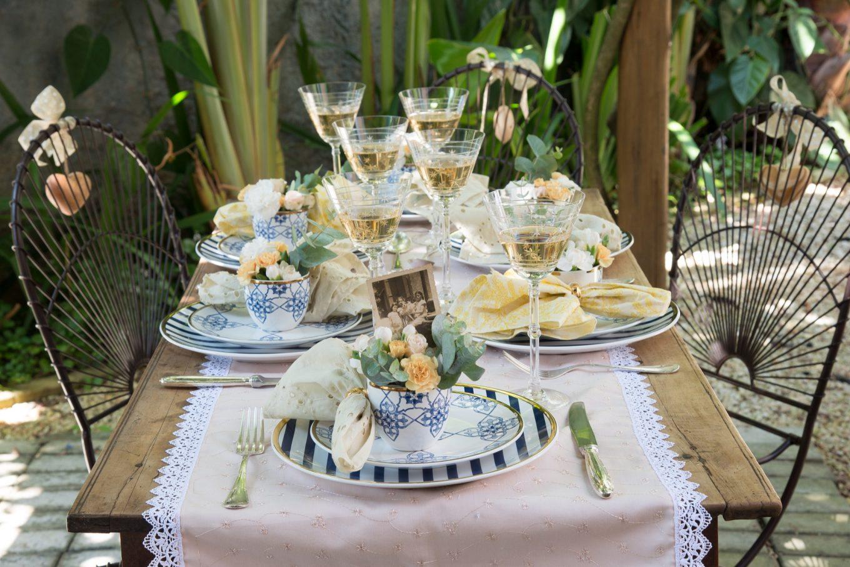 A leveza é garantida pelas cores claras das roupas de mesa. Alguns guardanapos são amarelos, e outros são em tom de marfim, mas todos eles ficam posicionados nas alças das xícaras de chá.