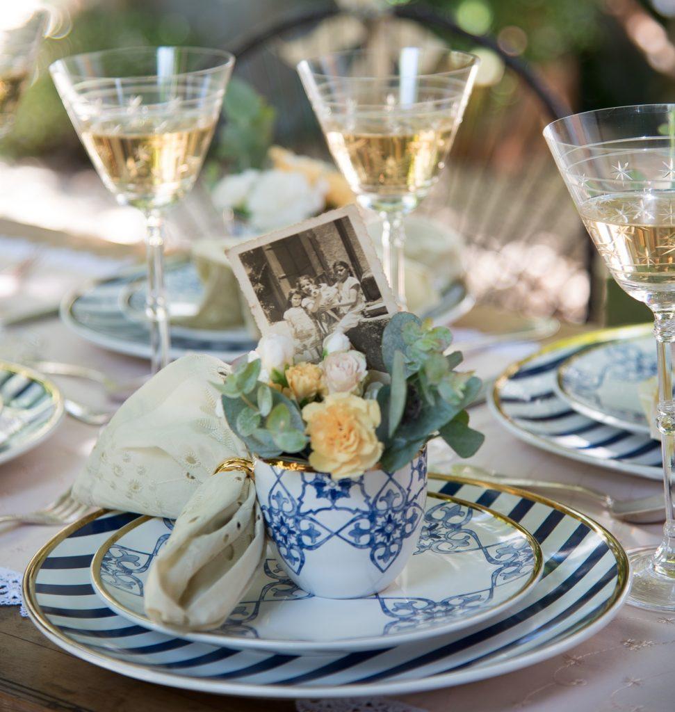 Numa das mesas inspiradoras, Para marcar o lugar da homenageada, a xícara de chá ganha, além do buquê feito de mini-rosas e ramos de eucalipto, uma foto de família.  Alguém duvida que vai ser inesquecível?