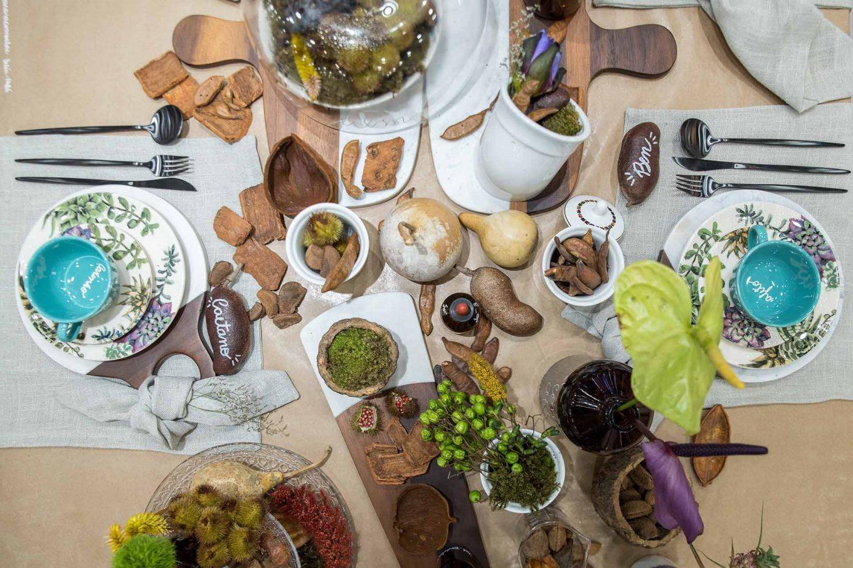 Sementes e outros elementos da orgânicos simbolizam a fecundidade e podem fazer bonito em mesas inspiradoras. Tábuas de madeira e mármore servem de apoio para as louças.