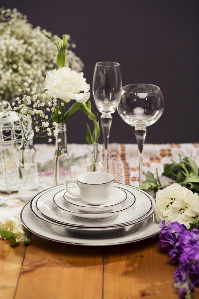 Texto: O filete em prata, aplicado de forma manual, traz ainda mais delicadeza às peças da coleção Flamingo Isabel. Foto: Carpintaria Estúdio.