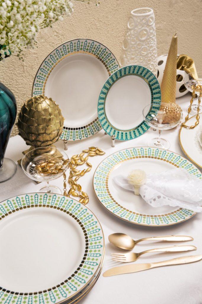 Texto: As peças da coleção Flamingo Tiara são puro requinte! O filete dourado traz ainda mais sofisticação às louças. Foto: Carpintaria Estúdio.