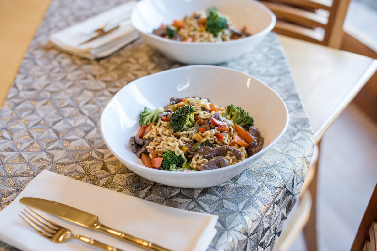 Texto: As cores desta receita de Yakisoba, preparada pelo chef Lucas Santiago, ficam ainda mais evidentes na tigela Ryo White, da Oxford. Foto: Karla Rudnick.