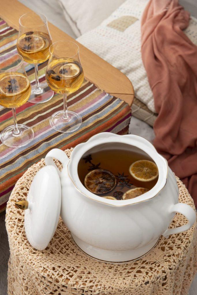 Sopeira branca contendo chá com rodelas de laranja e anis-estrelado, que será servido ao final do almoço marroquino.