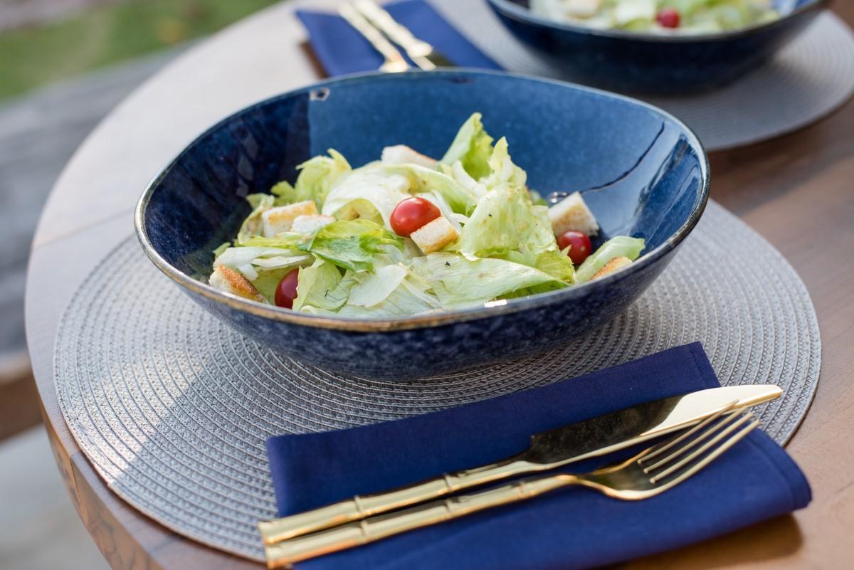 Texto: Caesar Salad é uma receita leve e prática. Ideal para servir antes das principais refeições. Foto: Karla Rudnick.