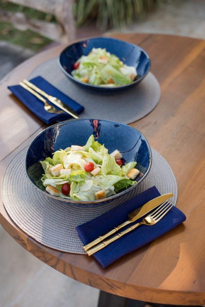 Texto: As saladeiras da coleção Ryo Safira são ideais para servirem receitas com folhas, como a Caesar Salad. Foto: Karla Rudnick.