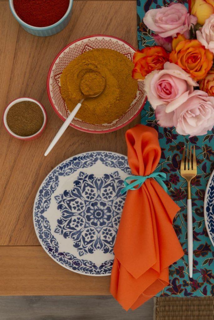 Detalhe da mesa posta para almoço indiano.