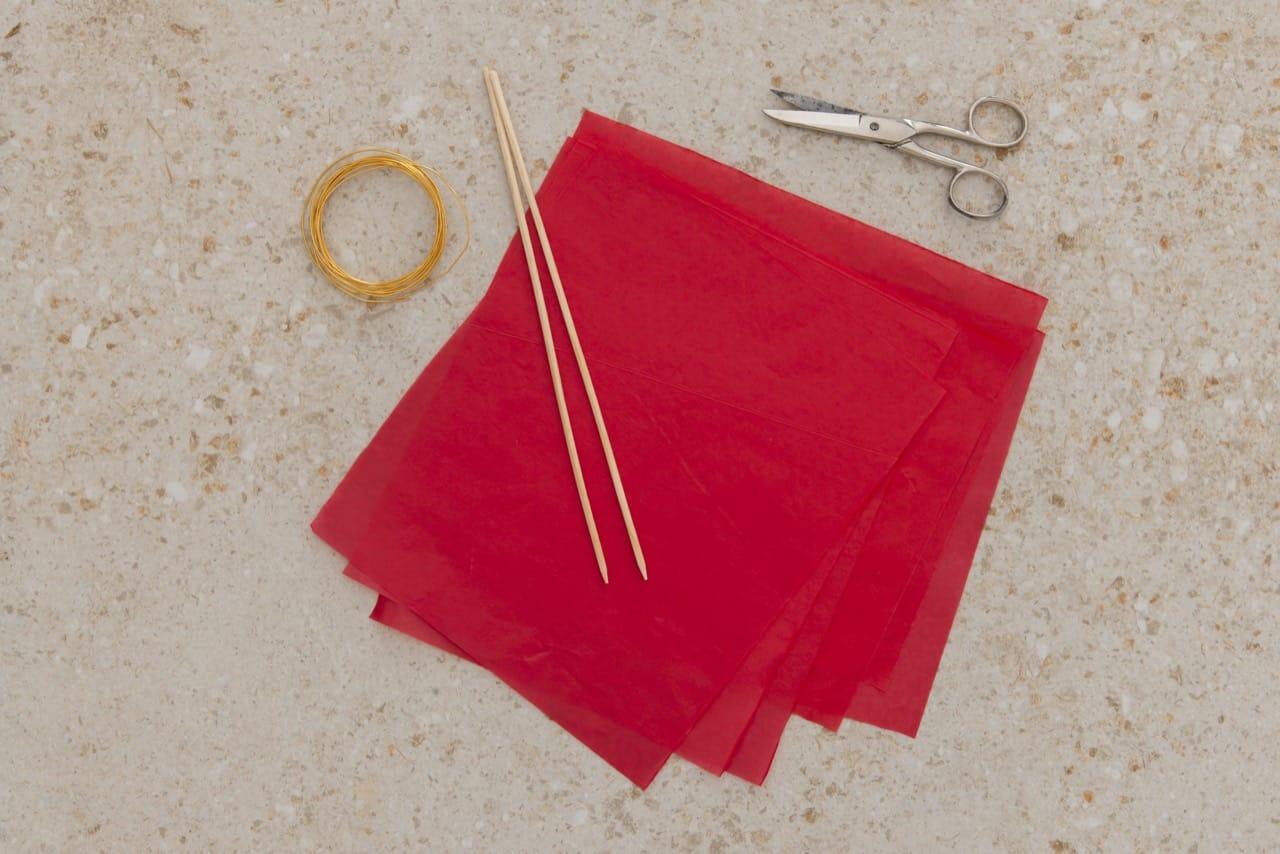 Materiais necessários para o projeto: folhas e papel de seda, palitos, tesoura e arame