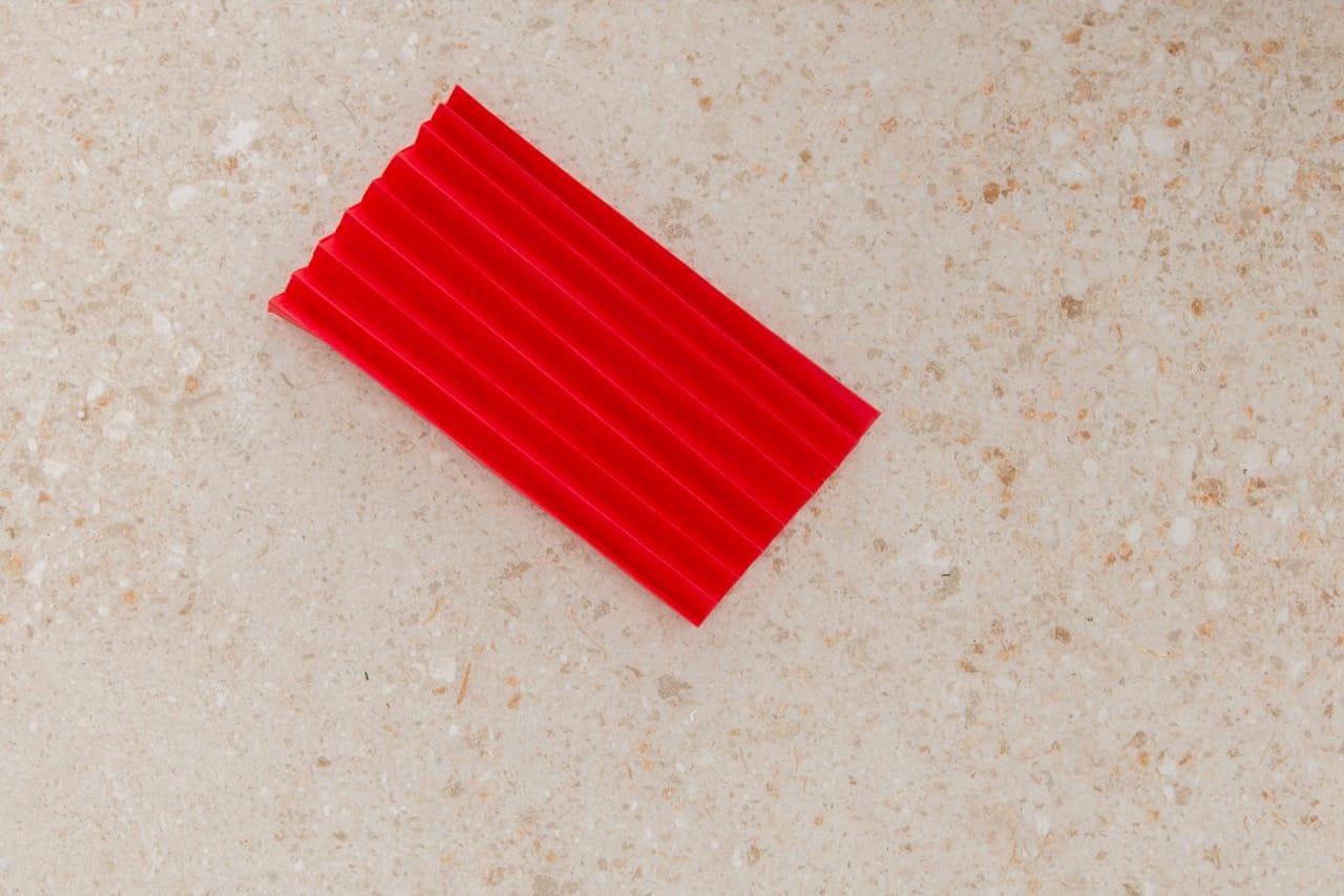 a folha está toda dobrada com formato de sanfona
