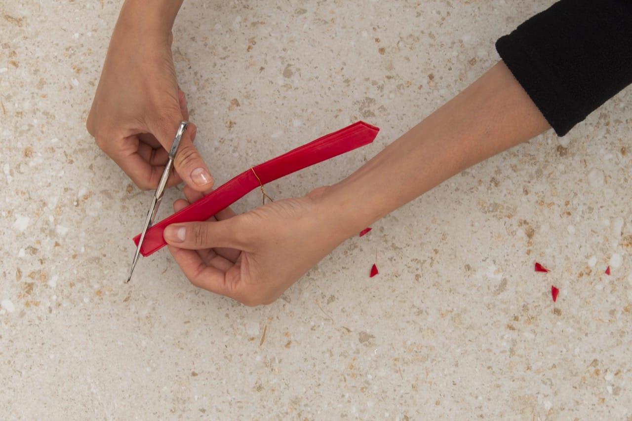 As extremidades do papel são cortadas em forma de triângulo
