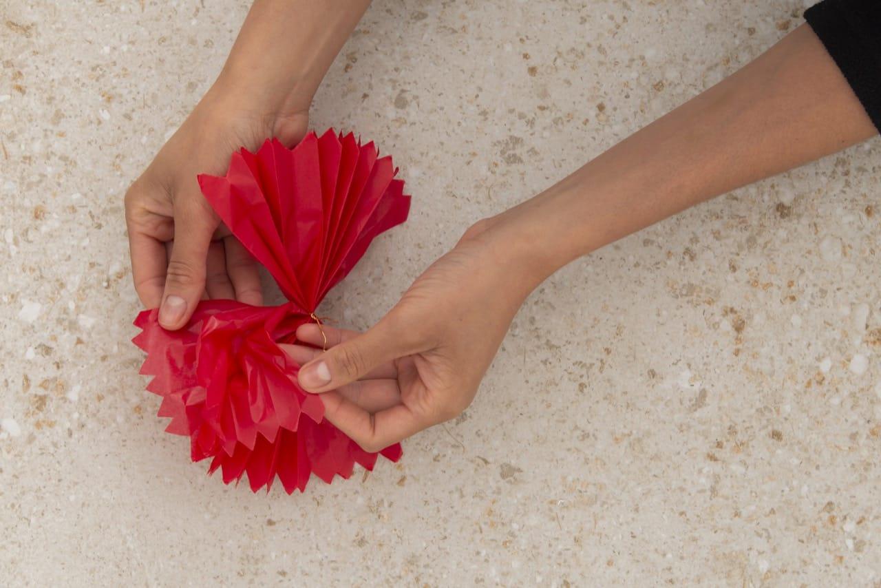Duas mãos começam a separar as camadas das folhas