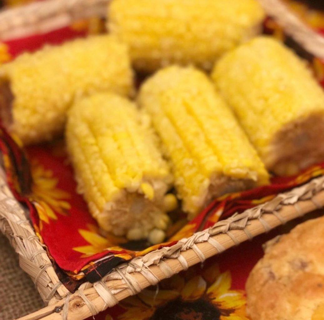 Comidas típicas são uma delicia à parte. Milho cozido em cestas de palha fazem sucesso em festejos julinos.
