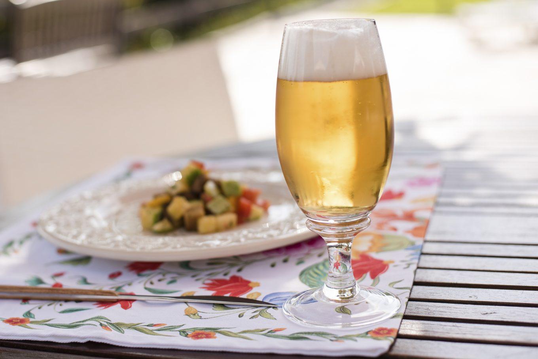 Imagem: almoço ao ar livre harmonizado com cerveja pilsen.