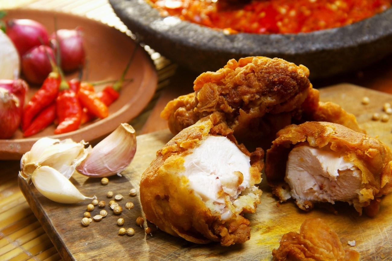 Imagem: frango empanado em farinha de especiarias.