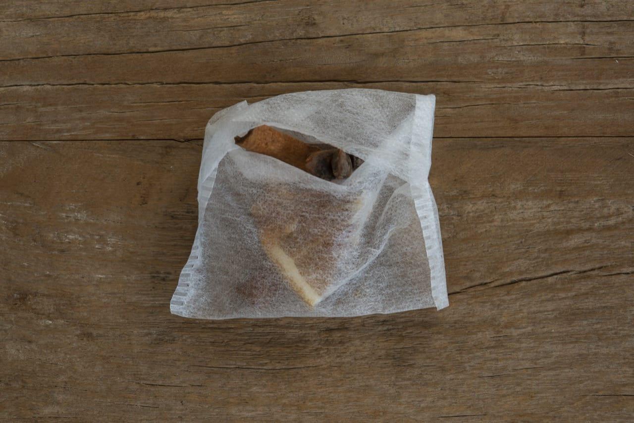 Saquinho de chá com ingredientes no seu interior