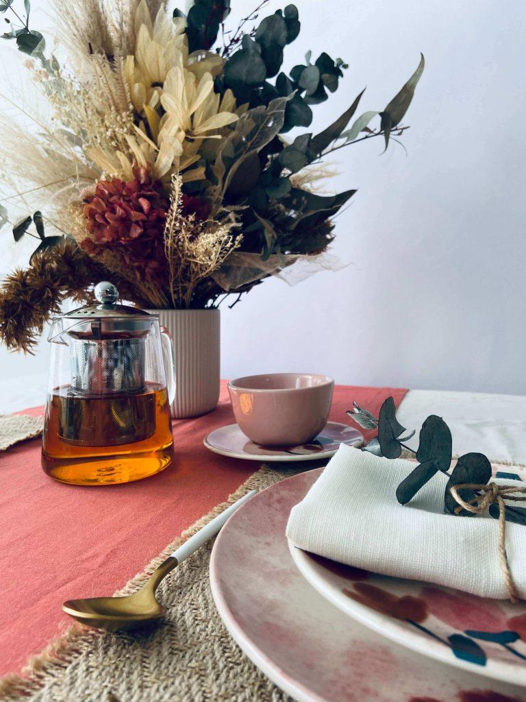 Arranjos de flores secas na decoração da mesa