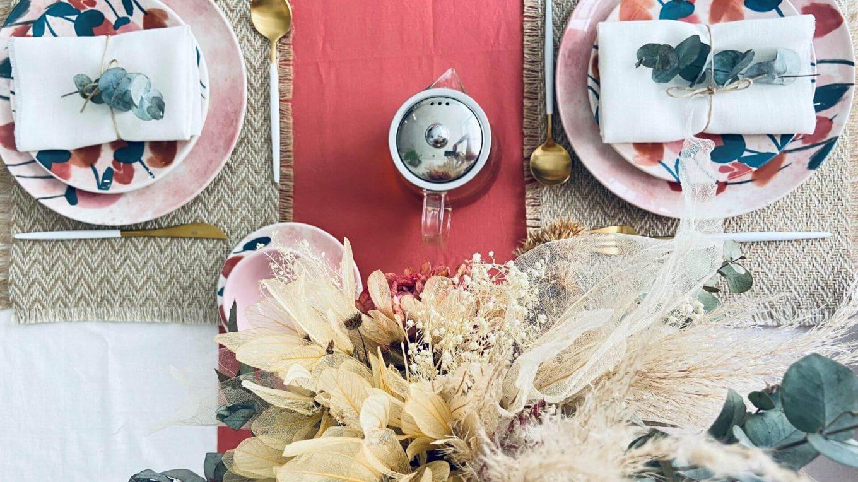 Mesa posta com flores secas e tons terrosos para chá da tarde