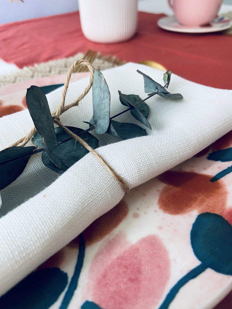 Porta guardanapo com folhas de eucalipto secas