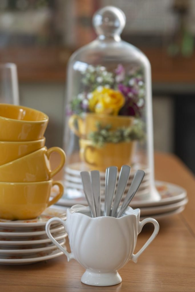 Açucareiro branco contendo colheres de chá